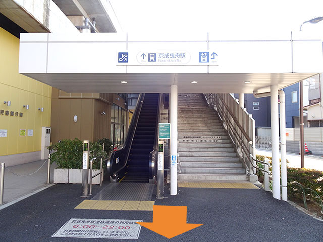 京成曳舟駅の入り口から右へ